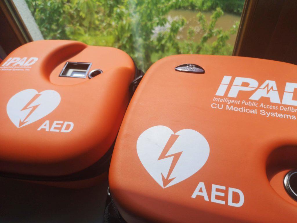 Zwei AED Modelle für die Erste Hilfe