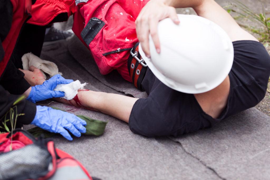 Erste Hilfe Unfall Verletzung Mann liegt am Boden